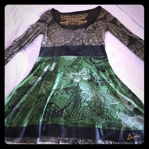 Long sleeve knee long dress. Fits more like M/L.